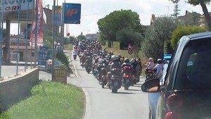 I tifosi rossoblu raggiungono Fermo in scooter.