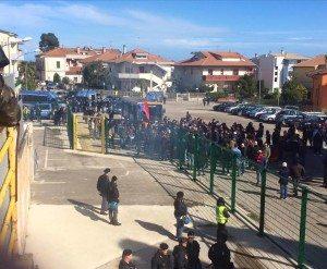 Tifosi rossoblu fuori dallo stadio
